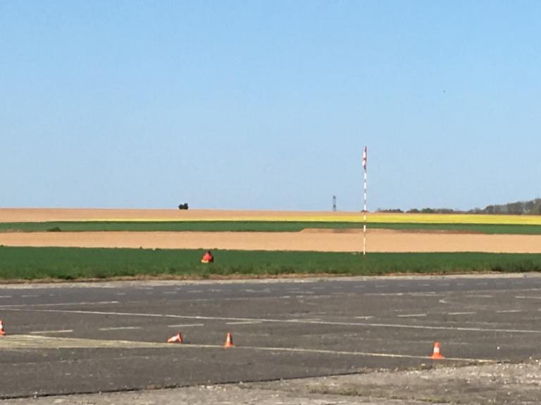 Le coquelicot au milieu du champ c'est le juge de pylône.