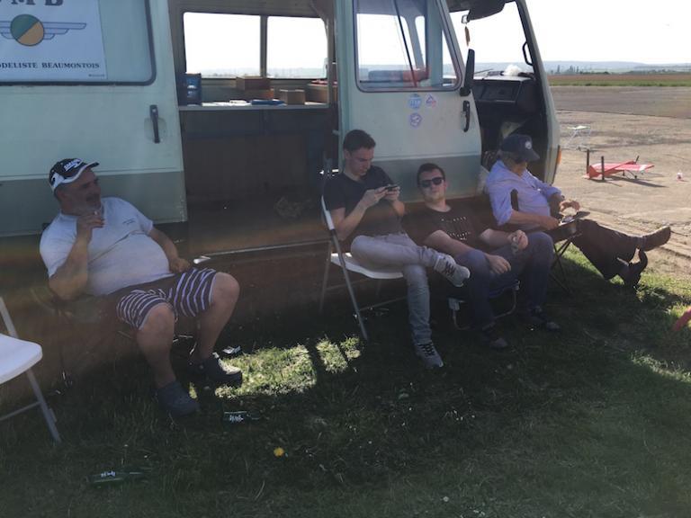 Pause à l'ombre après la course.