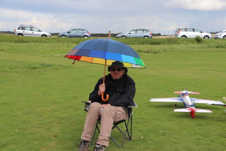 Jacques le chef d'équipe sous la pluie.