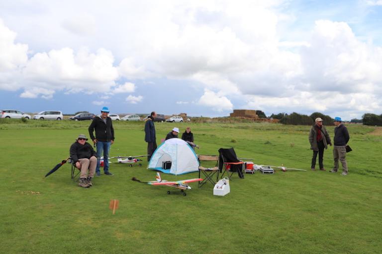 Où l'on voit le professionnalisme : une tente pour protéger les radios !!